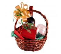 Коледна кошница с вино и етикет, гравирана чаша и коледни късмети